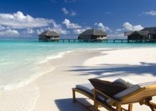 Maldives_ray_na_zemle_plyazh_2048x1152